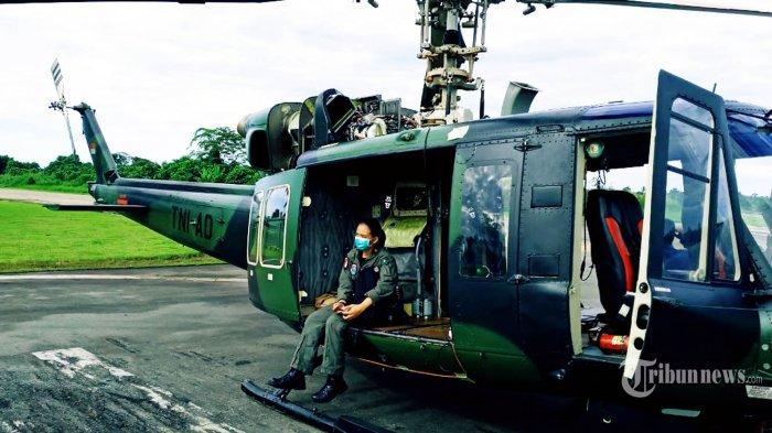 Letda Cpn (K) Alberta Injilia berfoto di Helikopter Bell 412 yang sehari-hari diterbangkannya. TRIBUNNEWS/HO