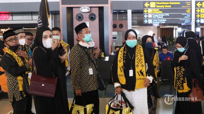 Sejumlah calon jamaah umrah menunggu keberangkatan pesawat di Terminal 3 Bandara Soekarno Hatta, Tangerang, Banten, Minggu (1/11/2020). Setelah tujuh bulan menangguhkan umrah, Kerajaan Arab Saudi resmi membuka umrah tahap pertama untuk Indonesia dengan kuota 278 jamaah. TRIBUNNEWS/IRWAN RISMAWAN