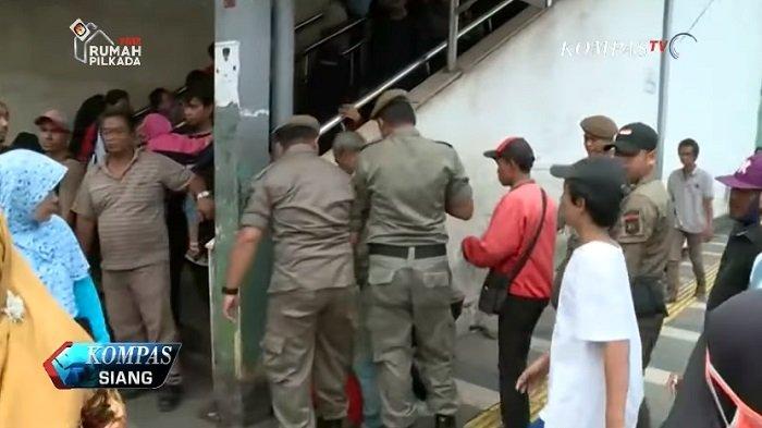 Pedagang Kaki Lima Tak Ingin Pindah dari Trotoar