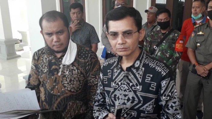 Kuasa Hukum Keluarga Abah Surya Atmaja, Mukhlis Ramlan (kiri) bersama Anak tertua Abah Surya, Hadi Pranoto, Selasa (7/7/2020).