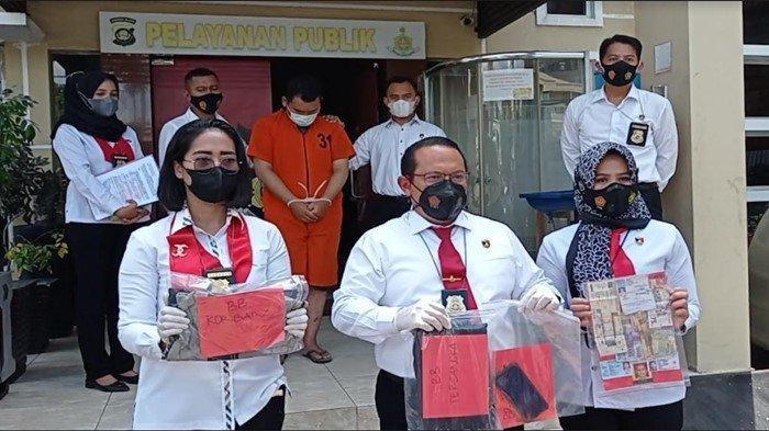 Pelaku pedofilia berinisial JN (22) oknum pengasuh sekaligus pengajar di salah satu Pondok Pesantren Kabupaten Ogan Ilir ditangkap Subdit IV Reknata Ditreskrimum Polda Sumsel, Rabu (15/9/2021).