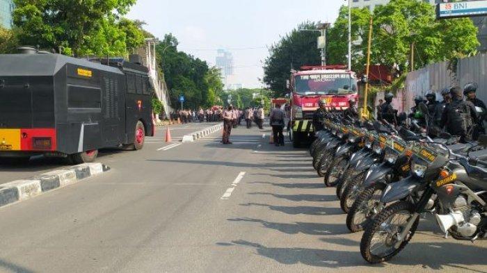 Ribuan aparat kepolisian memperketat pengamanan di sekitaran Gedung Merah Putih Komisi Pemberantasan Korupsi (KPK), pasalnya siang hari ini, Senin (27/9/2021), Aliansi Badan Eksekutif Mahasiswa Seluruh Indonesia (BEM SI) menggelar demo di KPK.