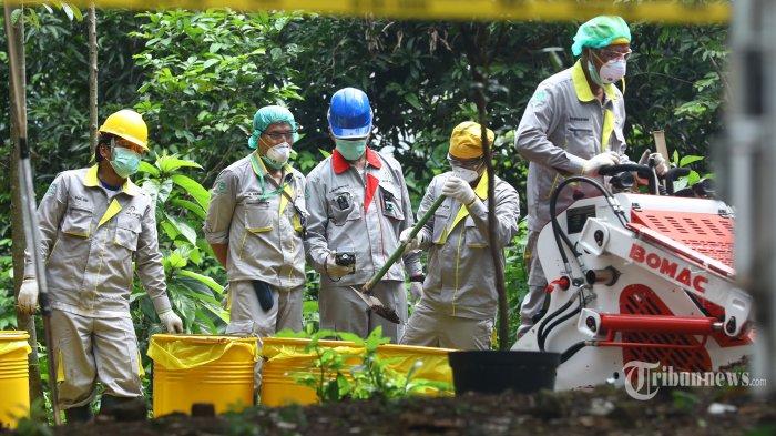 Petugas dari Badan Tenaga Nuklir Nasional (Batan) dan Badan Pengawas Tenaga Nuklir (Bapeten) mengambil sisa tanah yang mengandung zat radioaktif di Perumahan Batan Indah, Serpong, Tangerang Selatan, Banten, Minggu (16/2/2020). Pengambilan tanah tersebut akan dibawa ke Batan untuk diidentifikasi guna mengetahui paparan radioaktif di daerah tersebut melebihi batas atau tidak. TRIBUNNEWS/IRWAN RISMAWAN