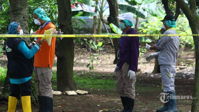 Petugas dari Badan Tenaga Nuklir Nasional (Batan) dan Badan Pengawas Tenaga Nuklir (Bapeten) dicek kondisi tubuhnya usai mengambil sisa tanah yang mengandung zat radioaktif di Perumahan Batan Indah, Serpong, Tangerang Selatan, Banten, Minggu (16/2/2020). Pengambilan tanah tersebut akan dibawa ke Batan untuk diidentifikasi guna mengetahui paparan radioaktif di daerah tersebut melebihi batas atau tidak. TRIBUNNEWS/IRWAN RISMAWAN