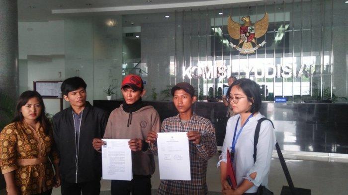 Empat pengamen Cipulir korban salah tangkap Polda Metro Jaya dalam kasus dugaan pembunuhan, Fikri (17), Fatahillah (12), Ucok (13) dan Pau (16), melalui kuasa hukumnya dari LBH Jakarta, Okky Wiratama Siagian melaporkan Hakim Tunggal Praperadilan Pengadilan Negeri Jakarta Selatan, Elfian, yang menolak gugatan praperadilan ganti rugi mereka ke Komisi Yudisial (KY) pada hari ini, Jumat (2/7/2019).