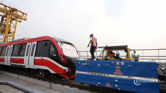 Kepala gerbong kereta layang ringan atau light rail transit (LRT) produksi PT INKA saat dilakukan pengangkatan ke lintasan di Stasiun LRT Harjamukti, Depok, Minggu (13/10/2019). Satu rangkaian atau trainset utuh produksi PT INKA yang terdiri atas enam gerbong LRT telah tiba di Jakarta pada pekan lalu dan akan memasuki tahap uji coba,  Kereta ini diangkut dari gudang produksi LRT INKA di Madiun, Jawa Timur. Tribunnews/Jeprima