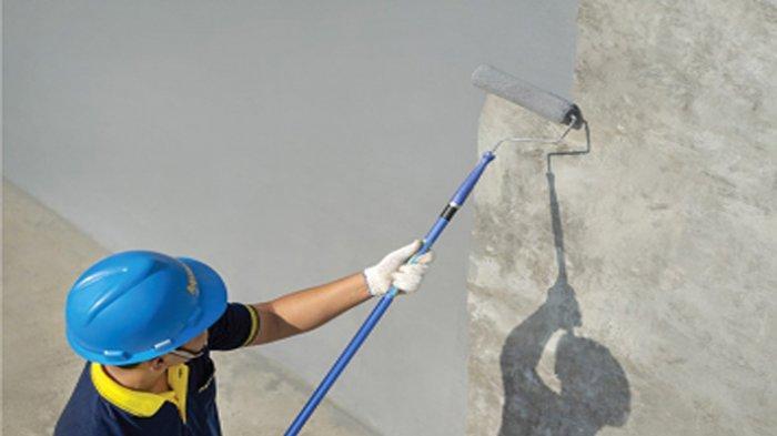 ILUSTRASI: Pengaplikasian cat pelapis antibocor pada dinding agar tak merembes.