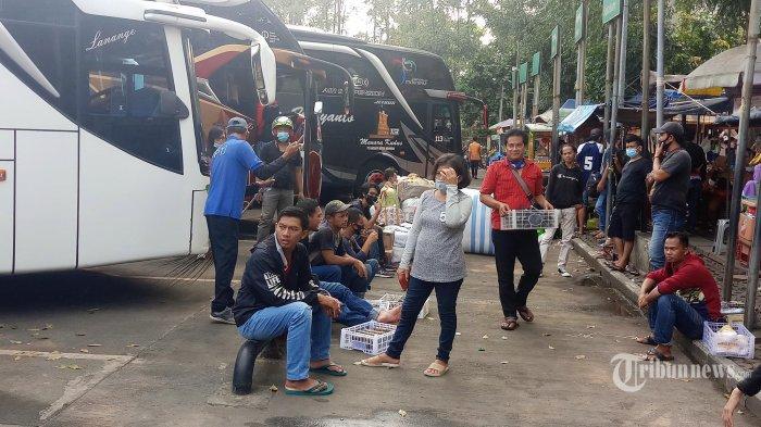 Sejumlah petugas dari Dinas Perhubungan Kota Tangerang Memberi penjelasan terhadap calon penumpang yang akan pulang kampung lebih.awal di Terminal Poris Plawad, Pasar Lembang, serta sejumlah Agen Bus dan Pool Bus, jelang diberlakukannya peniadaan mudik lebaran tahun ini, Kamis (29/4/2021). Kegiatan ini dilakukan jelang diberlakukannya larangan mudik sekaligus sebagai langkah untuk mengantisipasi penyebaran Covid-19.