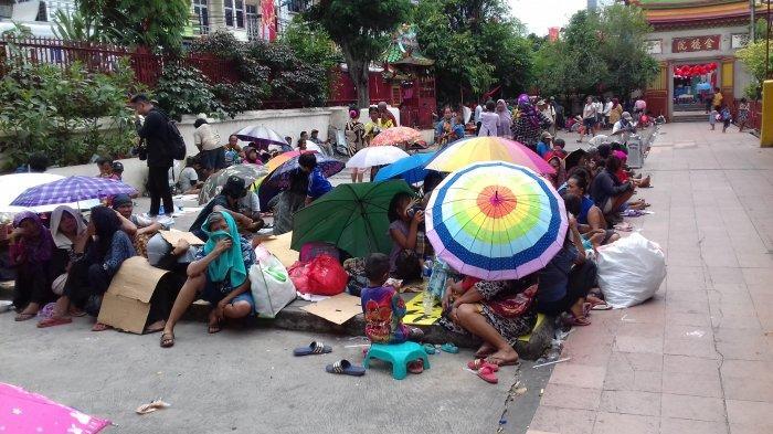 Puluhan Pengemis Mulai 'Berburu Angpao' di Wihara Dharma Bakti
