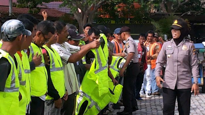 Ratusan Pengemudi Becak Motor Dapat Rompi dari Polres Bangka