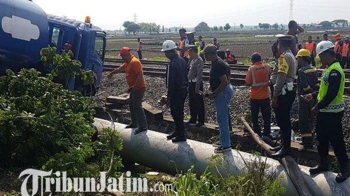Pengemudi Ngantuk, Truk Tangki Nangkring di Atas Rel, ini Upaya Daops 8 Surabaya