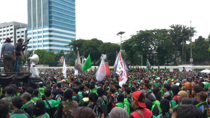 Pengemudi Ojol Unjuk Rasa Depan Gedung DPR, Jalan Gatot Subroto Arah Slipi Ditutup