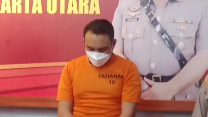 Pria Berbadan Kekar yang Garang Saat Todong Pistol Sopir Truk Tertunduk Lesu Saat Ditangkap Polisi