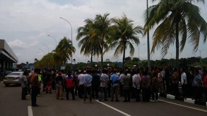 Keributan antara taksi online dan taksi konvensional kembali terjadi di Bandara Hang Nadim Batam, Jumat (15/112019).  TRIBUNBATAM.ID/DIPA NUSANTARA