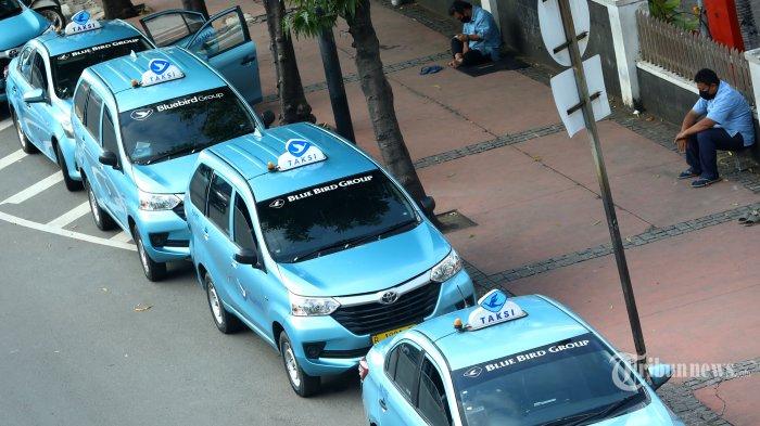 Sejumlah pengemudi taksi menunggu penumpang di Jalan MH Thamrin, Jakarta, Selasa (5/5/2020). Di tengah penerapan Pembatasan Sosial Berskala Besar (PSBB) akibat pandemi virus corona (Covid-19), para pengemudi taksi itu mengaku sulit mencari penumpang. Tribunnews/Irwan Rismawan
