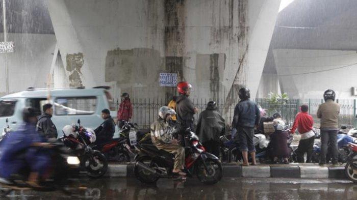 Berteduh Sembarangan saat Hujan, Pemotor Bisa Ditilang