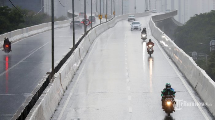 Tips Kendarai Motor di Musim Hujan, Ketahui Teknik Pengereman hingga Cek Kondisi Ban