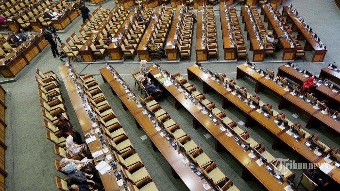 Suasana ruang Rapat Paripurna DPR di Kompleks Parlemen, Senayan, Jakarta Pusat, Selasa (17/9/2019). Pemerintah dan DPR menyepakati pengesahan revisi Undang-Undang (UU) Nomor 30 Tahun 2002 tentang Komisi Pemberantasan Korupsi (KPK) yang dihadiri oleh 80 orang anggota DPR.