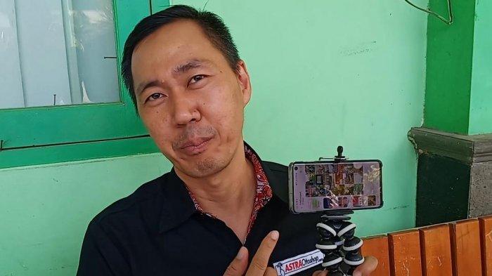 Penggagas sekaligus Pemateri dari Asosiasi Guru Marketing Indonesia (AGMARI) Dedy Budiman saat menunjukkan pelatihan membuat konten pada program 'Effective Educational Videos (EEV)' yang digelar Asosiasi Guru Marketing Indonesia (AGMARI) di SMKN 14 Jakarta Pusat, Kamis (26/9/2019).