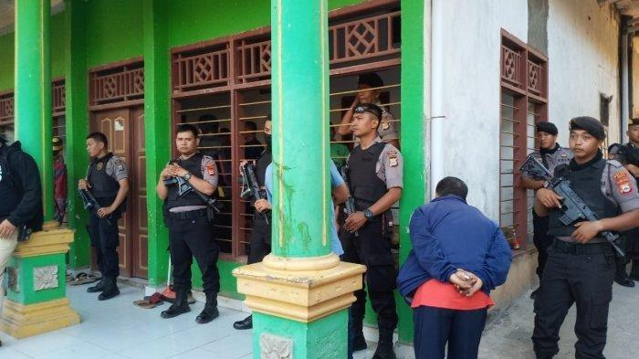 Anggota Polres Gowa menggeledah kediaman Puang La'lang di Dusun Tamalate Desa Timbuseng Kecamatan Pattallassang Kabupaten Gowa.