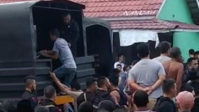 Tangkapan video disebut-sebut penggerebekan diduga bandar narkoba di Kecamatan Rawas Ulu, Kabupaten Musi Rawas Utara (Muratara), Sabtu (12/6/2021).