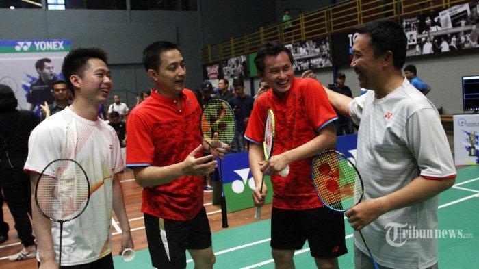 Menteri Pemuda dan Olahraga Imam Nahrawi (kanan) bersama Mantan atlet nasional Candra Wijaya (kedua kanan), dan Ricky Subagja (kedua kiri) serta Atlet bulu tangkis Kevin Sanjaya (kiri) bersiap melakukan pertandingan eksebisi disela penghargaan Candra Wijaya Internasional Badminton Centre di Tangerang, Banten, Selasa (19/12/2017). Penghargaan tersebut diberikan kepada tokoh bulutangkis berprestasi diantaranya peraih medali emas Olimpiade Atlanta 1996 Ricky Subagja dan Rexy Mainaky, pelatih Herry Iman Pierngadi, Richard Mainaky dan Eng Hian, serta kepada atlet berprestasi Tontowi Yahya dan Lilyana Natsir serta Kevin Sanjaya dan Marcus Fernaldi. TRIBUNNEWS/IRWAN RISMAWAN