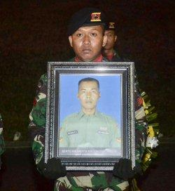 Kodam II/Sriwijaya menggelar upacara penghormatan secara militer di Bandara SMB Palembang sebagai bentuk penghormatan terakhir kepada Serda (Anumerta) Rikson Edi Chandra pada Kamis (29/8/2019)