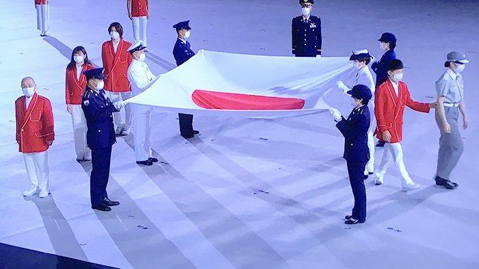 Foto-foto Pengibaran Bendera Jepang di Pembukaan Olimpiade Tokyo, Kursi Penonton Kosong