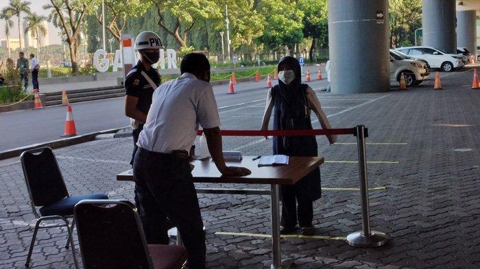 Calon penumpang KLB sedang mengambil nomor antrean untuk mengurus surat izin naik Kereta Api Luar Biasa ( KLB) di Stasiun Gambir, Selasa (19/5/2020)