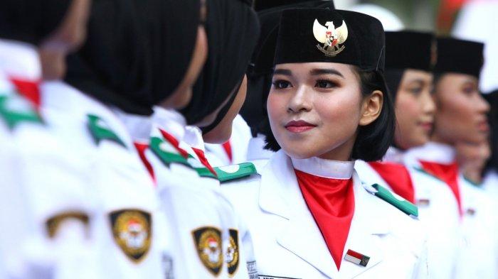 Pasukan Pengibar Bendera Pusaka (Paskibraka) Jawa Barat berkumpul di sela-sela sesi foto bersama seusai menjalani upacara pengukuhandi Gedung Sate, Jalan Dipenogoro, Kota Bandung, Jawa Barat, Kamis (15/8/2019). Pada acara tersebut, Gubernur Jawa Barat, Ridwan Kamil mengukuhkan 36 anggota Paskibraka Tingkat Provinsi Jawa Barat Tahun 2019 mewakili 27 kabupaten/kota di Jawa Barat yang akan bertugas mengibarkan bendera Merah Putih pada Upacara Peringatan HUT ke-74 Kemerdekaan Republik Indonesia di Lapangan Gasibu, pada 17 Agustus 2019. Tribun Jabar/Gani Kurniawan