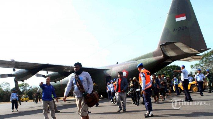 Pengungsi dari Wamena, Papua, tiba di Lanud Abdulrachman Saleh, Malang, dengan menggunakan pesawat Hercules TNI AU, Selasa (2/10/2019). Sebanyak 120 pengungsi yang berasal dari Jawa Timur tiba di Malang untuk kembali ke daerah asal, pasca kerusuhan di Wamena yang mengakibatkan 33 orang tewas. SURYA/HAYU YUDHA PRABOWO (SURYA/HAYU YUDHA PRABOWO)