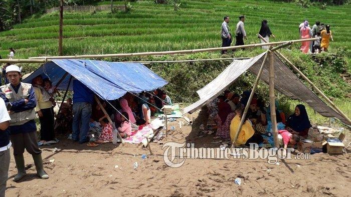 Kondisi Kampung Cisalada Pamijahan Pasca Diguncang Gempa, Warga Mengungsi di Tengah Sawah, Rabu (11/3/2020).