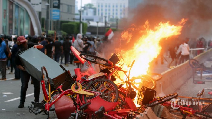 Pengunjuk rasa membakar Halte Transjakarta saat berunjuk rasa menolak UU Cipta Kerja di Jalan MH Thamrin, Jakarta, Kamis (8/10/2020). Hari ini aksi unjuk rasa penolakan pengesahan Undang-Undang Cipta Kerja terjadi di berbagai daerah di Indonesia, termauk Ibukota Jakarta. THE JAKARTA POST/WENDRA AJISTYATAMA