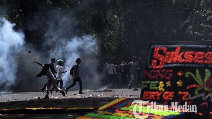 Kronologi 2 Sekuriti Lempari Batu Para Demonstran dari Atas Gedung DPRD Medan