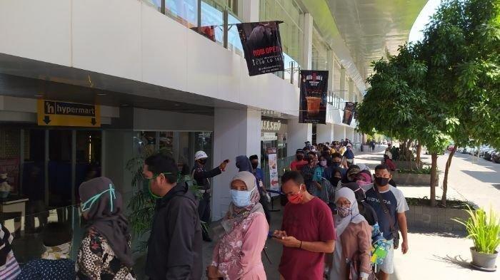 Antrean pengunjung CSB Mall di Kota Cirebon