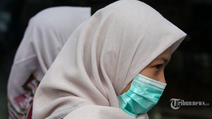 Pengunjung mengenakan masker di salah satu mal di Kota Bandung, Senin (2/3/2020).