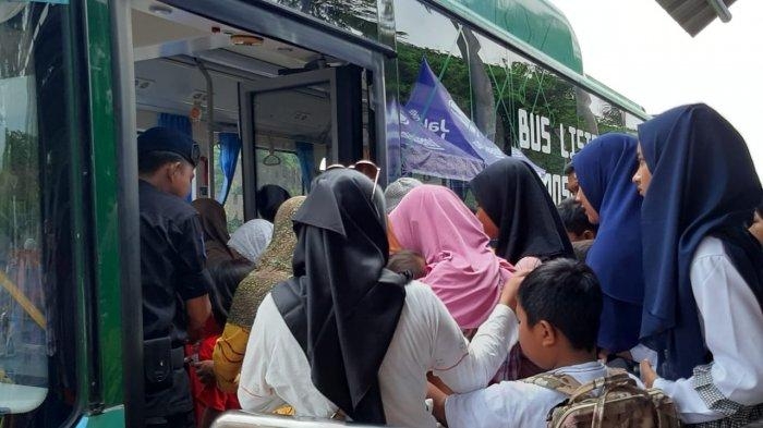 Antusias Pertama Kali Mencoba Bus Listrik Milik TransJakarta