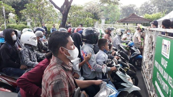 Pintu Gerbang Dibuka, Pengunjung Rebutan Masuk TMII Jakarta