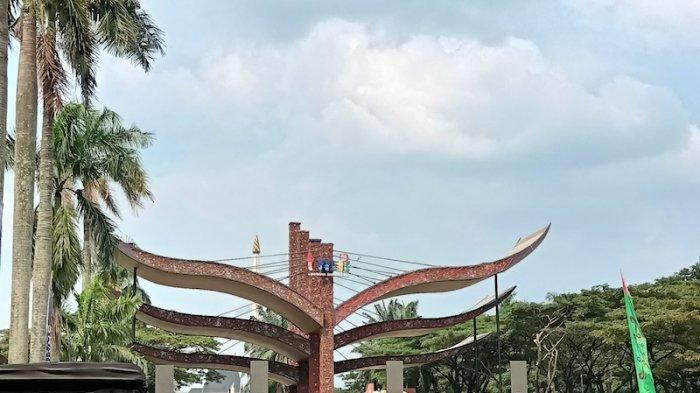 Pengunjung terus memadati wisata Taman Mini Indonesia Indah, Jakarta Timur. Jumat (14/5/2021).