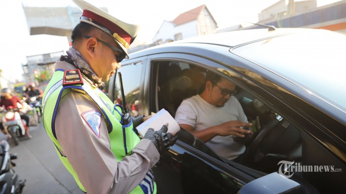 Bisakah Pengendara Meminta Keluarga Antarkan STNK atau SIM yang Tertinggal di Rumah Saat Ada Razia?