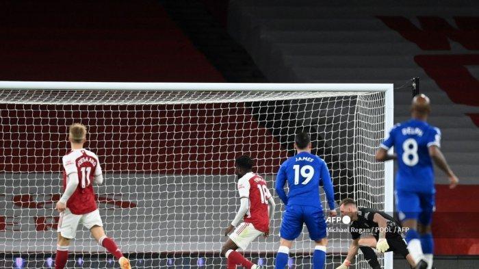 Penjaga gawang Arsenal asal Jerman Bernd Leno (kanan ke-2) mengawasi setelah membelokkan bola ke hetnya sendiri untuk mencetak gol bunuh diri selama pertandingan sepak bola Liga Utama Inggris antara Arsenal dan Everton di Emirates Stadium di London pada 23 April 2021.