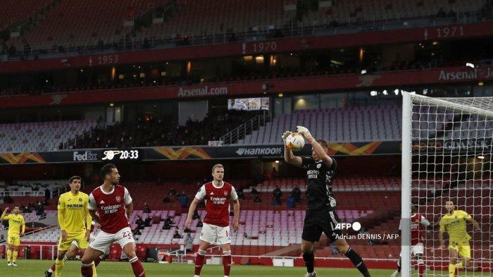 Penjaga gawang Arsenal asal Jerman, Bernd Leno, melakukan penyelamatan di semifinal Liga Eropa UEFA, pertandingan sepak bola leg kedua antara Arsenal dan Villarreal di Emirates Stadium di London pada 6 Mei 2021. Adrian DENNIS / AFP