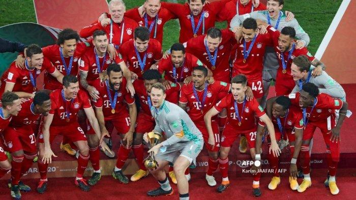 Penjaga gawang Bayern Munich asal Jerman Manuel Neuer (tengah) mengangkat trofi saat merayakan kemenangan mereka dalam pertandingan final Piala Dunia Antarklub FIFA antara Bayern Munich vs UANL Tigres Meksiko di Education City Stadium di kota Ar-Rayyan di Qatar pada 11 Februari. , 2021. Karim JAAFAR / AFP