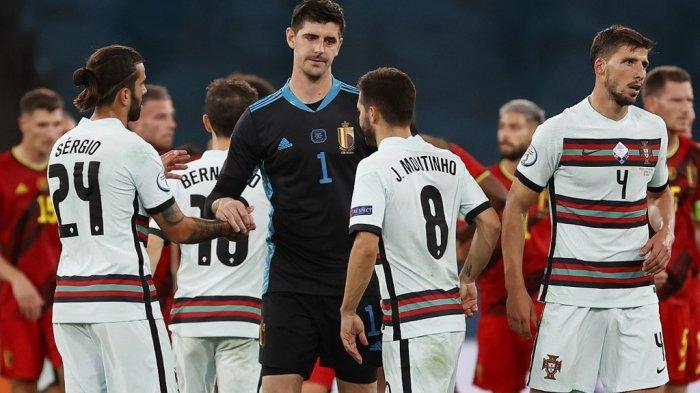 Penjaga gawang Belgia Thibaut Courtois menyemangati gelandang Portugal Joao Moutinho pada akhir pertandingan sepak bola babak 16 besar UEFA EURO 2020 antara Belgia dan Portugal di Stadion La Cartuja di Seville pada 27 Juni 2021. Julio Munoz / POOL / AFP