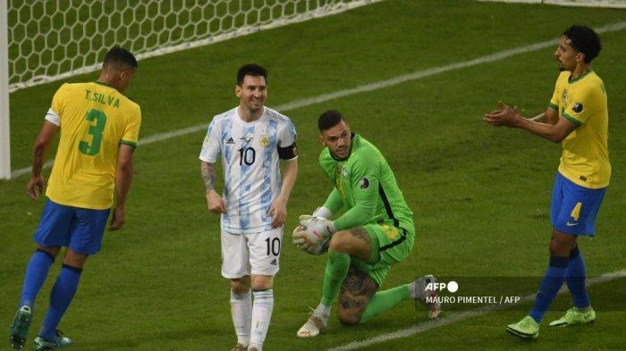 Penjaga gawang Brasil Ederson (kanan) mengambil bola di sebelah pemain Argentina Lionel Messi (kedua dari kiri) saat pemain Brasil Thiago Silva (kiri) dan pemain Brasil Marquinhos menyaksikan pertandingan final turnamen sepak bola Copa America Conmebol 2021 di Stadion Maracana di Rio de Janeiro, Brasil , pada 10 Juli 2021.