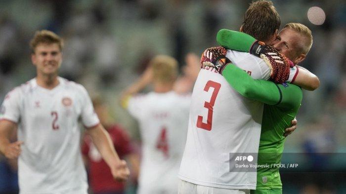 Penjaga gawang Denmark Kasper Schmeichel (kanan) merayakan dengan bek Denmark Jannik Vestergaard setelah memenangkan pertandingan sepak bola perempat final UEFA EURO 2020 antara Republik Ceko dan Denmark di Stadion Olimpiade di Baku pada 3 Juli 2021.