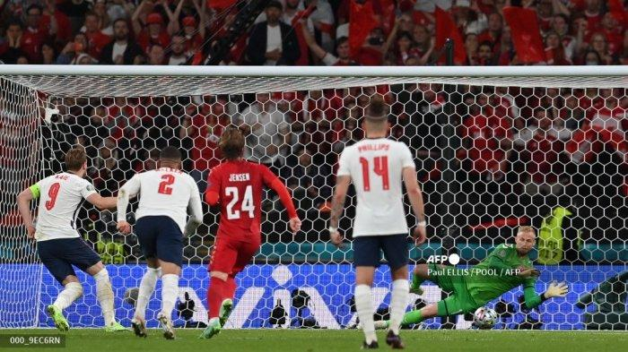 Penjaga gawang Denmark Kasper Schmeichel (kanan) menyelamatkan penalti oleh penyerang Inggris Harry Kane (kiri) selama pertandingan sepak bola semifinal UEFA EURO 2020 antara Inggris dan Denmark di Stadion Wembley di London pada 7 Juli 2021.