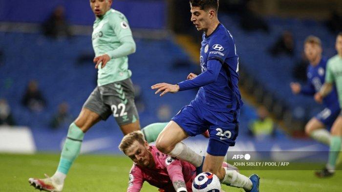 Penjaga gawang Everton Inggris Jordan Pickford menjatuhkan pemain tengah Chelsea asal Jerman Kai Havertz untuk mendapat penalti selama pertandingan sepak bola Liga Premier Inggris antara Chelsea dan Everton di Stamford Bridge di London pada 8 Maret 2021.