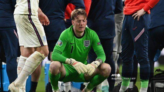 Penjaga gawang Inggris Jordan Pickford (tengah) bersiap untuk adu penalti pada pertandingan sepak bola final UEFA EURO 2020 antara Italia dan Inggris di Stadion Wembley di London pada 11 Juli 2021. Andy Rain / POOL / AFP