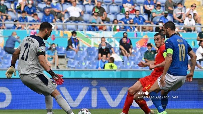 Penjaga gawang Italia Gianluigi Donnarumma (kiri) membersihkan bola di depan penyerang Wales Gareth Bale (tengah) selama pertandingan sepak bola Grup A UEFA EURO 2020 antara Italia dan Wales di Stadion Olimpiade di Roma pada 20 Juni 2021.